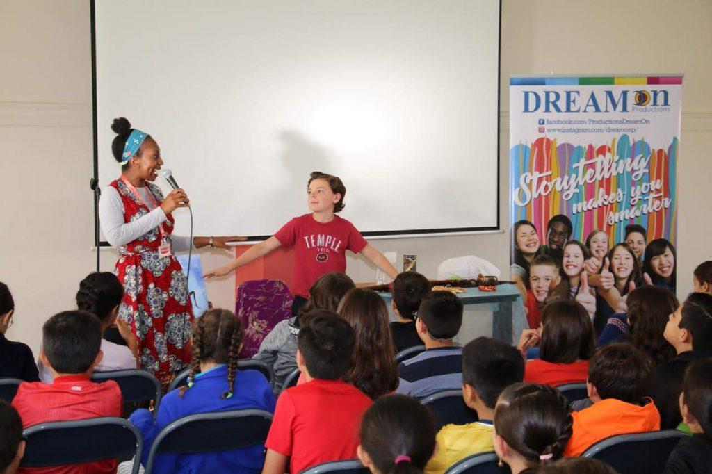 Wendy Shearer storytelling in Colegio Menor School, Ecuador