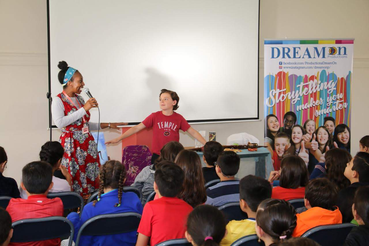 Wendy Shearer storytelling in Colegio Menor School, Ecuador